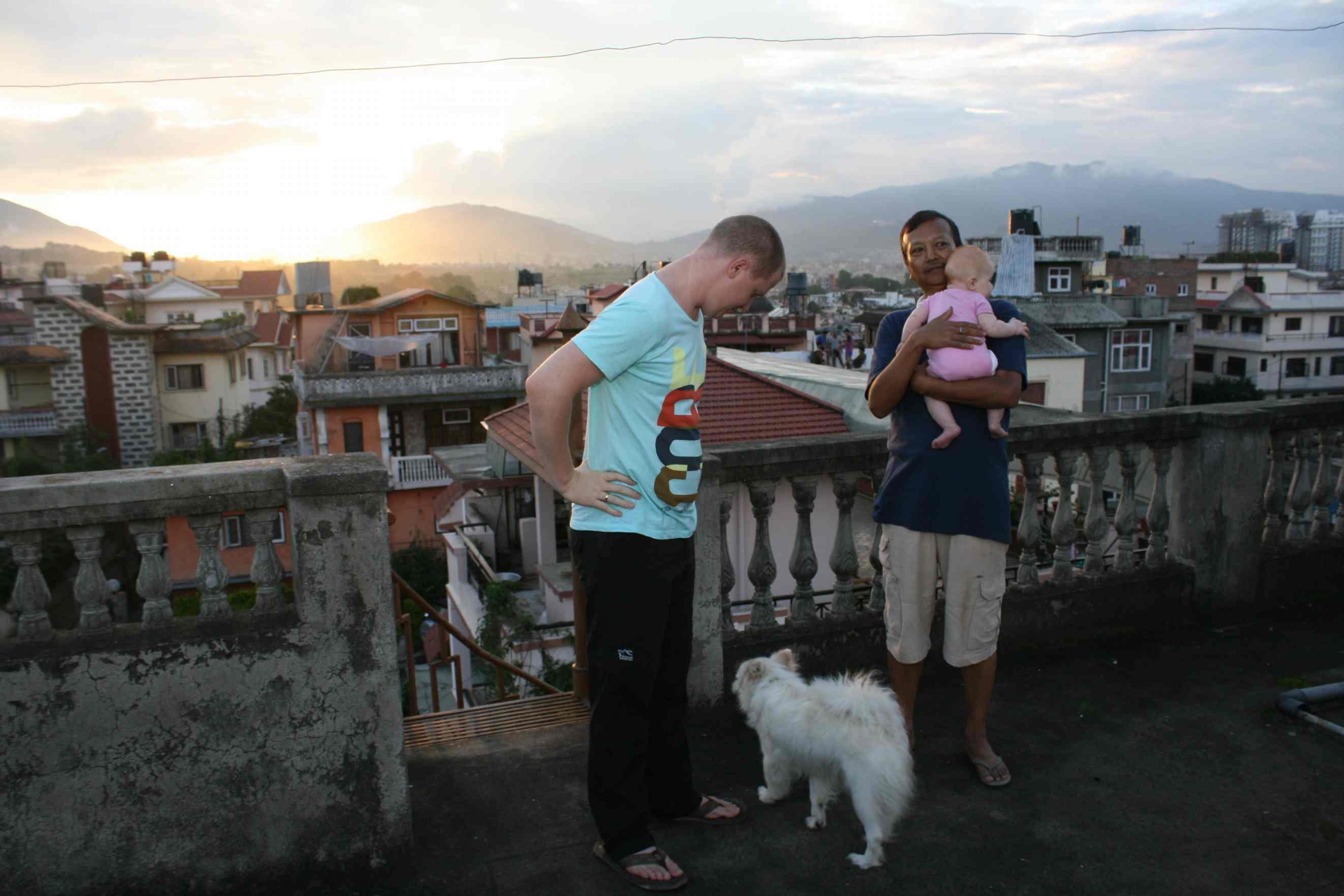 Klaas, onze huisbaas, hondje Loi en Maya op het dak