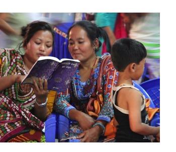 2 vrouwen openen voor het eerst het Nieuwe Testament in hun eigen taal